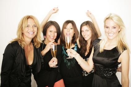 Freunde beim Feiern © Peter Atkins - Fotolia.com