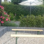 Bänke und Terrasse
